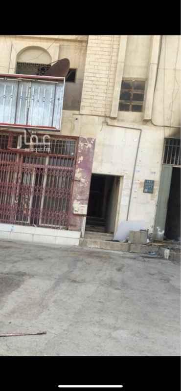 عمارة للإيجار في شارع حمزة بن عبد المطلب ، حي العريجاء الغربية ، الرياض